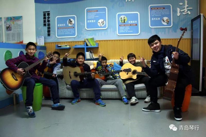 看这里,吉他小组课开课咯!